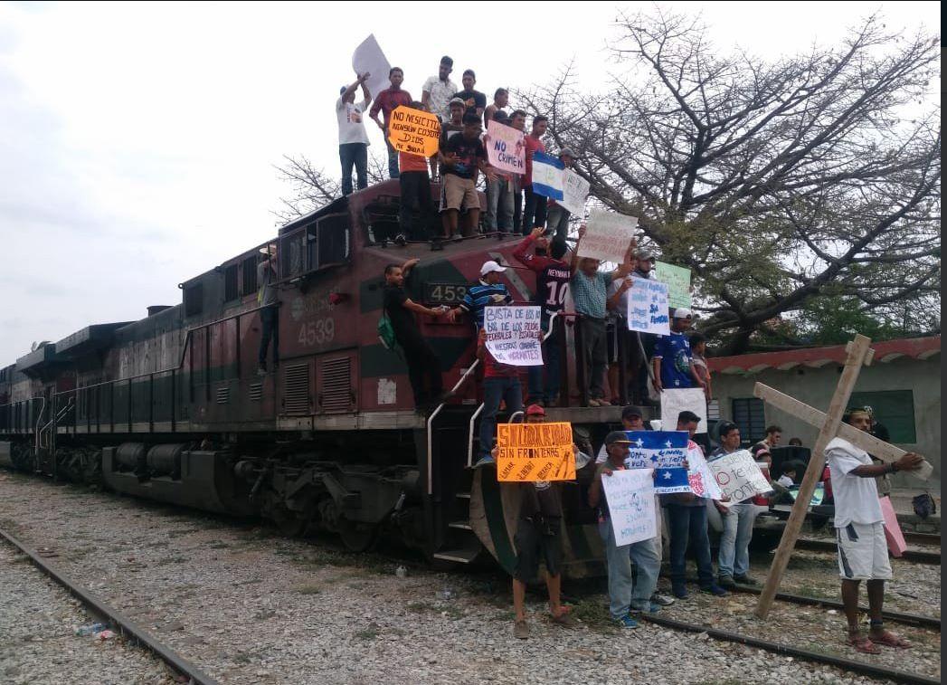 Los migrantes centroamericanos pretender llegar hasta las fronteras de EE. UU. para solicitar asilo. (Foto: Twitter/@CapitalMexico