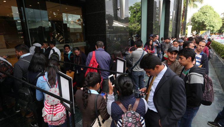 Cientos de personas acuden al Festival de empleo de Amcham con la esperanza de una oportunidad laboral. (Foto, Prensa Libre: Estuardo Paredes).