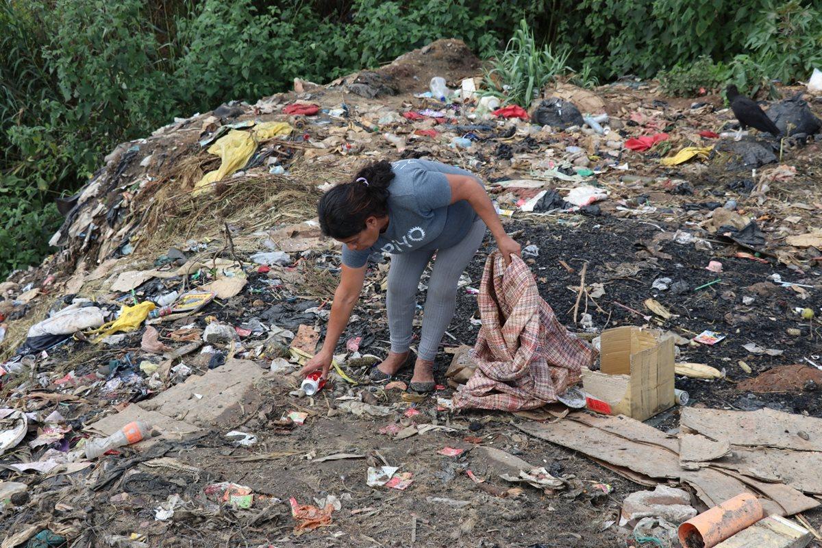 Ángela Nohemí Vielman Afre visita los basureros de Chiché, Quiché, dos veces a la semana. (Foto Prensa Libre: Héctor Cordero)