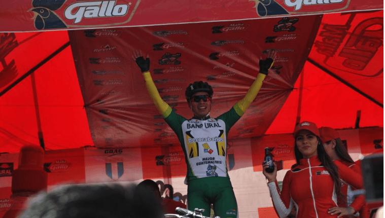El ciclista Alfredo Ajpacajá impuso toda su clase en la etapa que se desarrolló en Tecpán, Guatemala. El orgullo de Totonicapán derrotó en el esprín final al ecuatoriano Byron Guamá (Foto Prensa Libre: Francisco Sánchez)