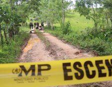 Peritos del Ministerio Público trabajan en el camino a Manaca, Puerto Barrios, Izabal, donde hallaron los cuerpos de tres jóvenes. (Foto Prensa Libre: Dony Stewart)