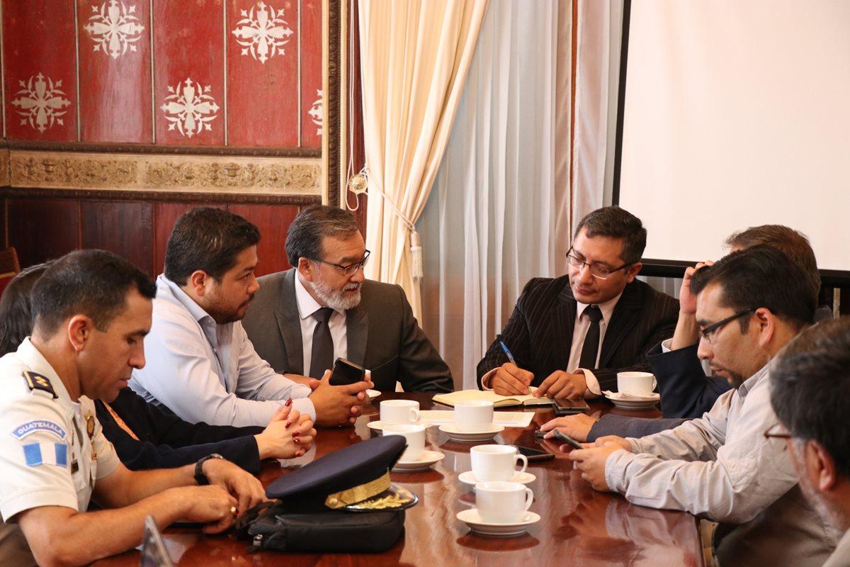 Autoridades se reunieron en gobernación departamental para dialogar sobre la inseguridad y las acciones que pueden tomar. (Foto Prensa Libre: María José Longo)