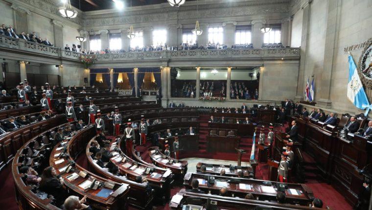 Durante la sesión solemne del Congreso fue evidente que varios funcionarios y diputados no asistieron pues varios espacios lucían vacíos. (Foto Prensa Libre: Esbín García)