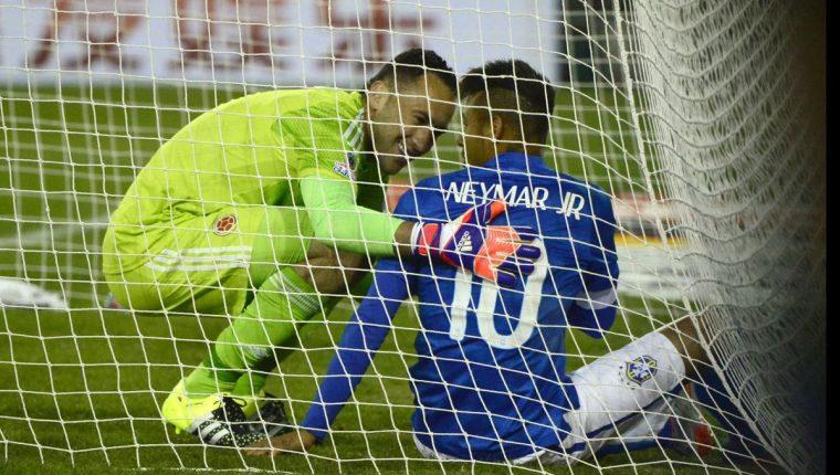 El médico de la Selección de Brasil viajó a París para ver la gravedad de la lesión de Neymar. (Foto Prensa Libre: AFP).
