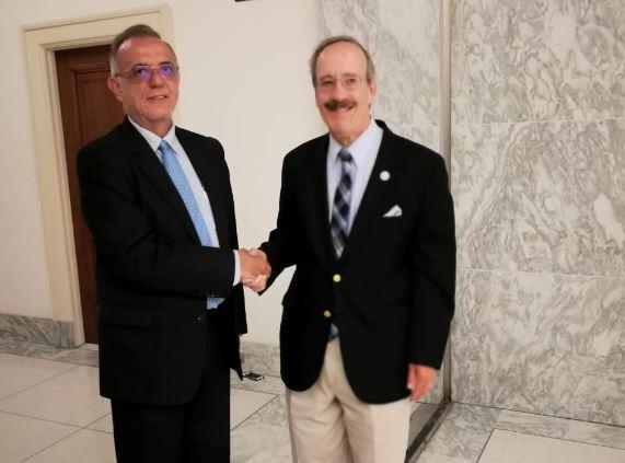 Iván Velásquez, titular de la Cicig, saluda al congresista demócrata Eliot Engel. (Foto: Cicig)