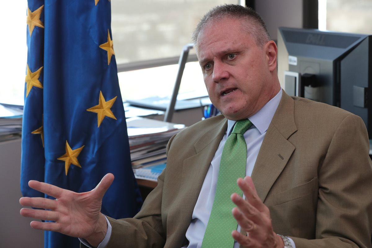Stefano Gatto, embajador de la Unión Europea en Guatemala, explica sobre la cooperación que darán a Guatemala por la tragedia del Volcán de Fuego. (Foto Prensa Libre: Estuardo Paredes)