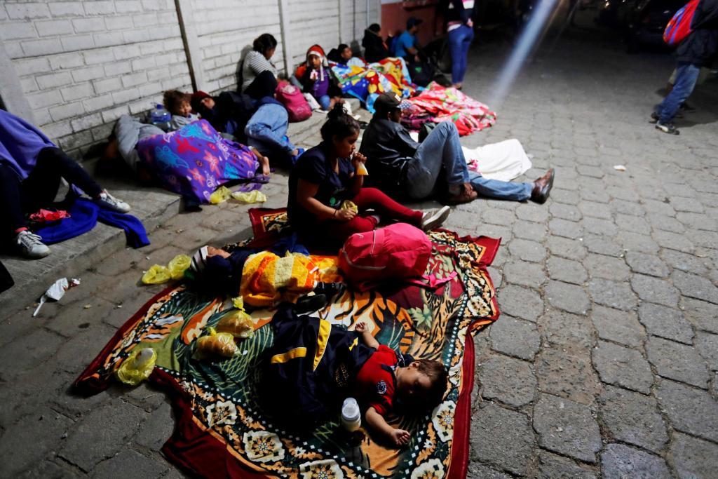 GRAF9479. ESQUIPULAS (GUATEMALA),16/01/2019.- Migrantes hondureños que cruzaron la frontera con Guatemala y se dirigen hacia los Estados Unidos en grupo duermen bajo una carpa en una calle de Esquipulas, Chiquimula afuera de la Casa del Migrante que se encuentra llena, hoy miércoles 16 de enero de 2019. Un total de 709 hondureños de la caravana de migrantes que salió el lunes de su país cruzaron hoy la frontera con Guatemala con la intención de llegar a Estados Unidos, informó el Gobierno de Honduras. El director de la Comisión Permanente de Contingencias (Copeco), Lisandro Rosales, dijo en un comunicado que 359 hondureños entraron a territorio guatemalteco tras realizar su trámite migratorio en el punto fronterizo de Agua Caliente. EFE/Esteban Biba