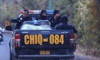 Agentes de PNC acompañan a los grupos de hondureños. Grupos familiares, con niños, van dentro de la caravana.  (Foto Prensa Libre: Carlos Hernández)