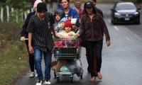 Grupos familiares, con niños, van dentro de la caravana.  (Foto Prensa Libre: Carlos Hernández)