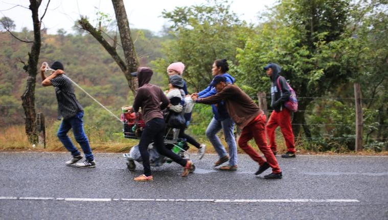 Una familia hondureña camina en la ruta de Esquipulas a Chiquimula. (_Foto Prensa Libre: Carlos Hernández)