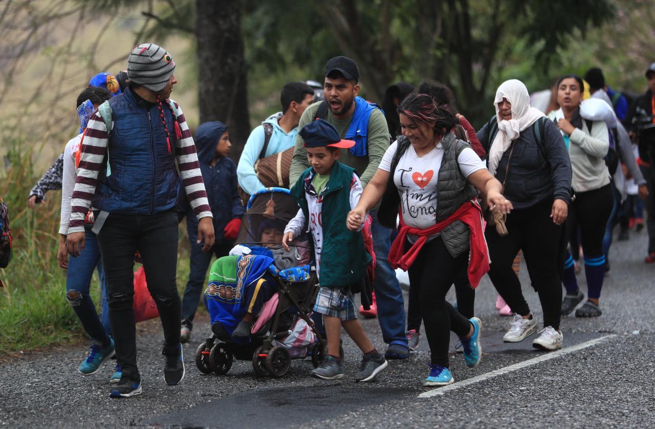 Grupos familiares se integran a la caravana de migrantes. (Foto Prensa Libre: Carlos Hernández)