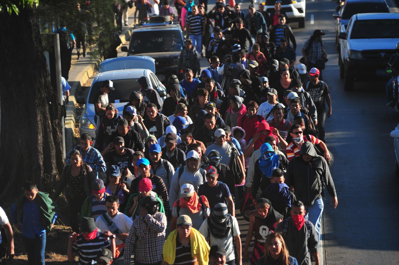 Salvadoreños salieron de la capital en una caravana, como lo han hecho los hondureños, hacia Estados Unidos. (Foto Prensa Libre: El Diario de Hoy)