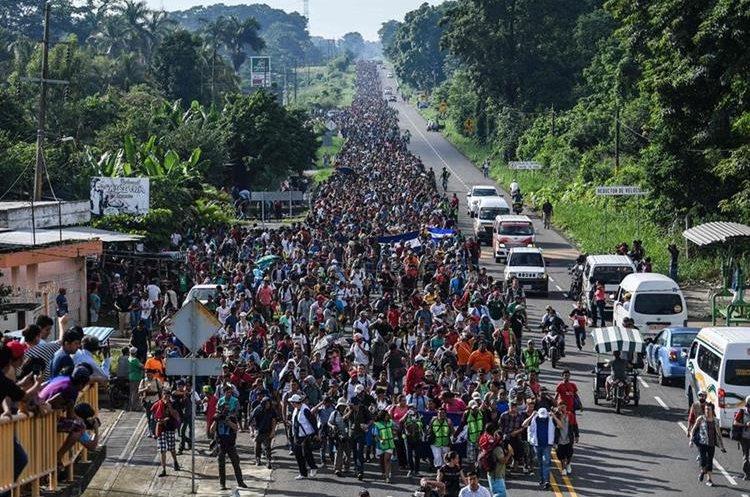 La caravana de hondureños, nutrida por salvadoreños y guatemaltecos, en su paso durante el sureño estado de Oaxaca, México, el año pasado. (Foto Prensa Libre: Hemeroteca PL)