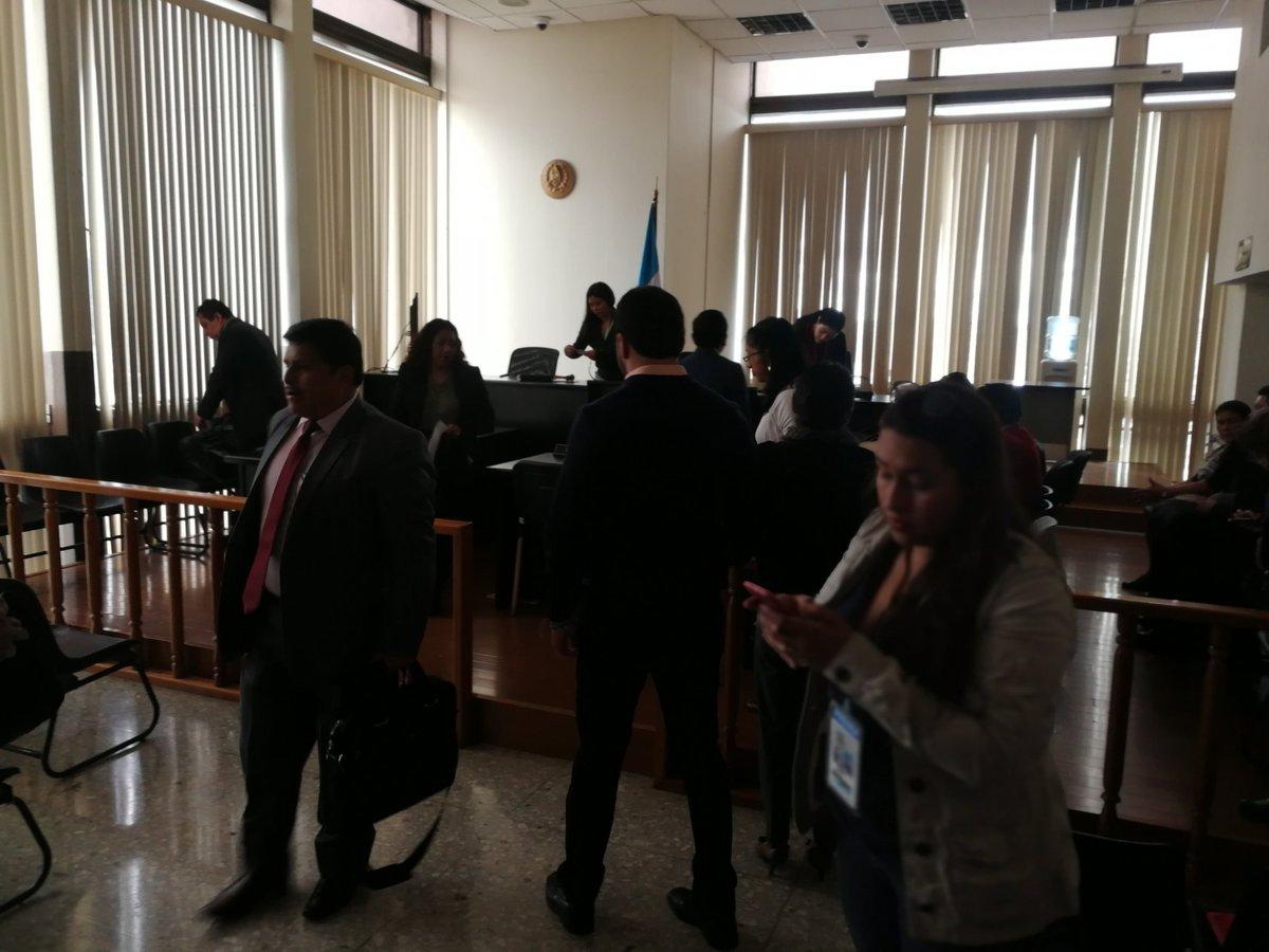 Los abogados y sindicados se retiran después que se suspendió la audiencia del caso Hogar Seguro. (Foto Prensa Libre: Kenneth Monzón)