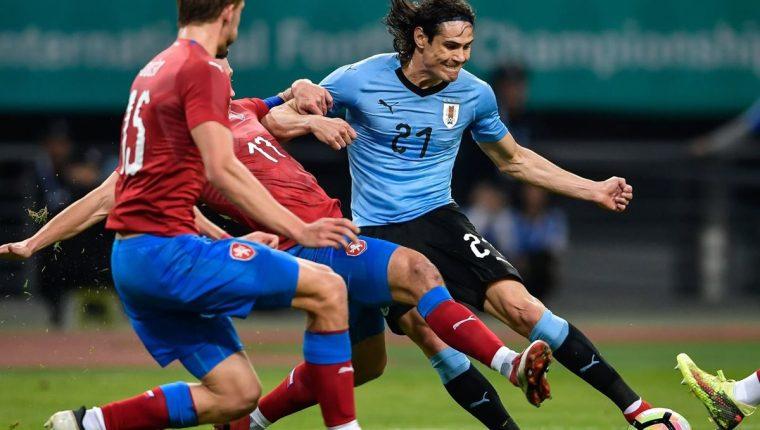 Cavani si luce en el partido de Uruguay contra República Checa. (Foto Prensa Libre: AFP).