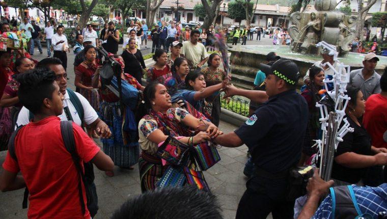 Vendedores se oponen a retirarse del parque central de Antigua Guatemala. (Foto Prensa Libre: Miguel López)