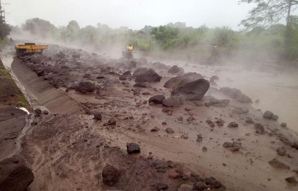 Descenso de lahares causa evacuación; mapas advierten sobre su impacto en comunidades