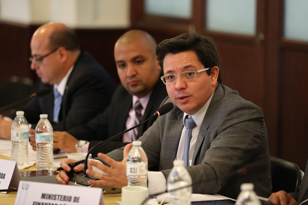 Juan Francisco Solórzano Foppa, intendente de la SAT, y Julio Hector Estrada, ministro de Finanzas, han sostenido varias reuniones con la comisión de finanzas públicas del Congreso, sobre el proyecto de presupuesto 2018. (Foto Prensa Libre: Hemeroteca)