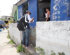 Un censista levanta datos en la zona 12 de Villa Nueva. (Foto Prensa Libre: Érick Ávila)
