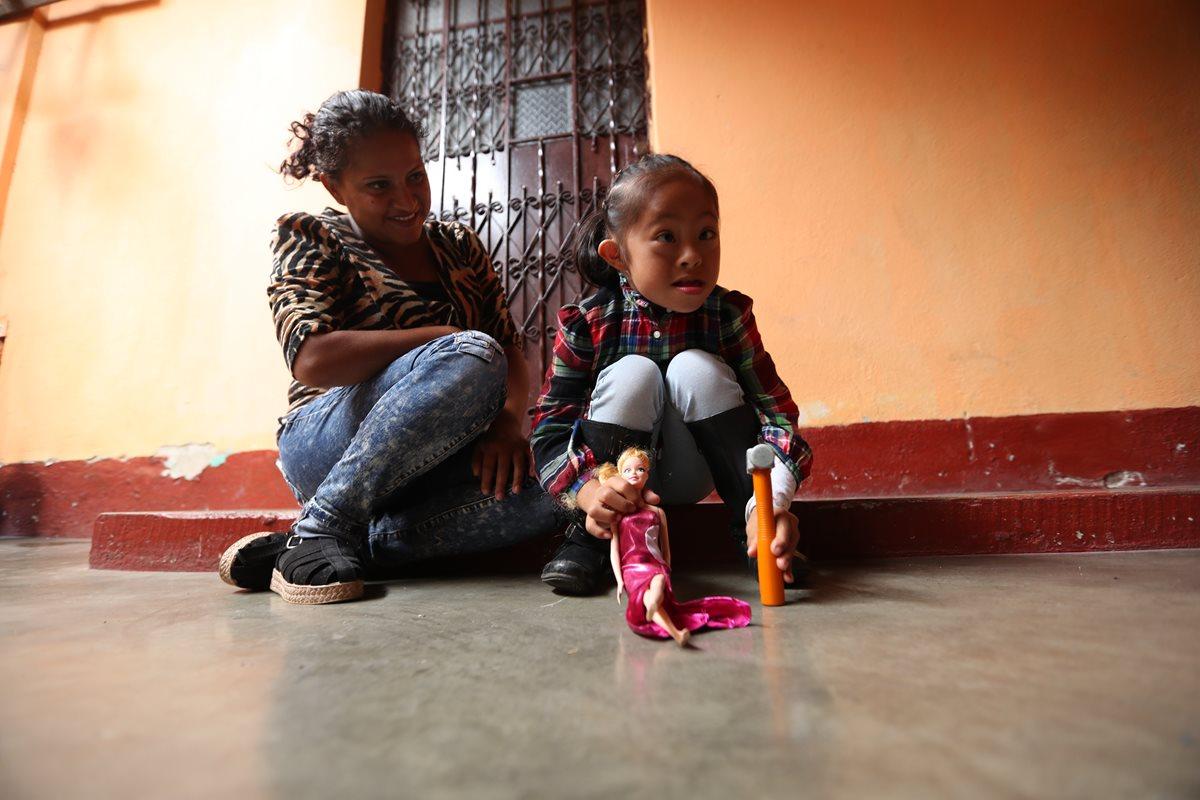 Escarly Quiñonez junto a su hija Darlyn Rafael sueñan por un futuro mejor. (Foto Prensa Libre: Esbin García).