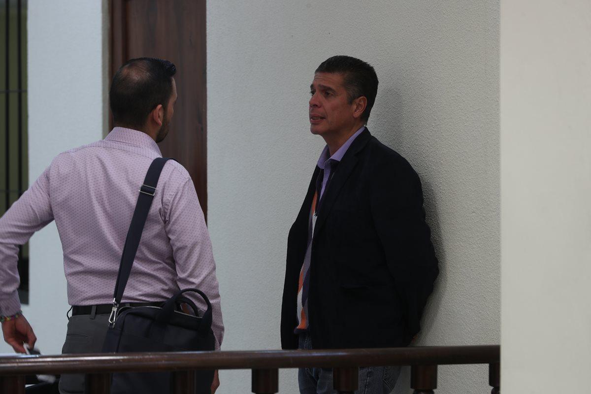 René Villavicencio Funes conversa con su abogado, Fernando Monterroso Bolaños, durante un receso en la audiencia en el Tribunal de Mayor Riesgo. (Foto Prensa Libre: Mynor Toc)