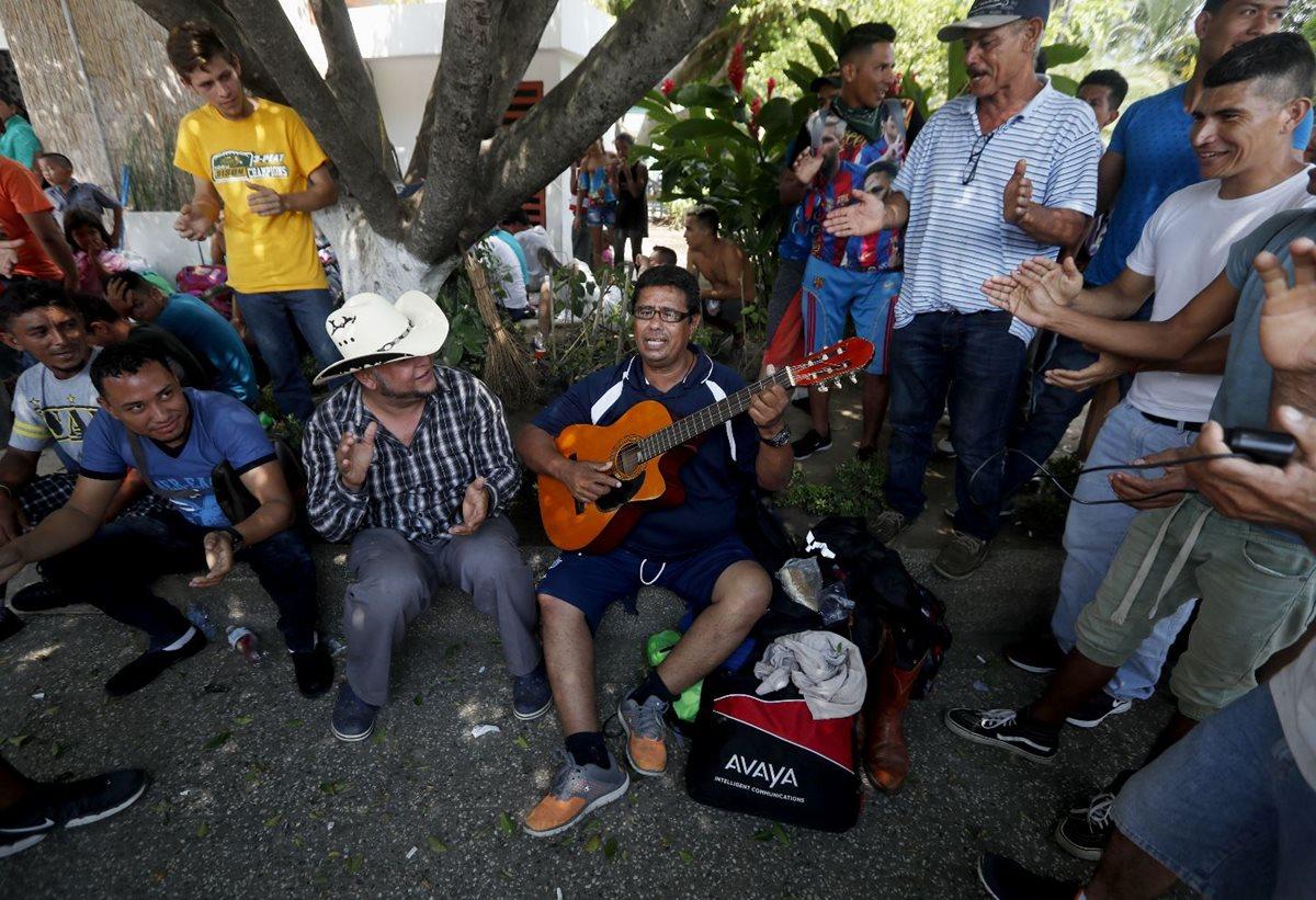 Un grupo de migrantes cantan en contra del gobierno hondureño en Tecún Umán, San Marcos. (Foto Prensa Libre: EFE)