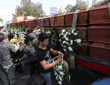 Fundación de antropología forense, en un camión llevan 172 osamentas del conflicto armado, antes de ser llevados a San Juan Comalapa, Chimaltenango. (Foto Prensa Libre: Érick Ávila)