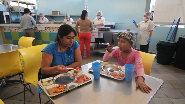 Una niña en tratamiento por cáncer almuerza en el nuevo comedor seguro de la Unop. (Foto Prensa Libre: Érick Ávila)