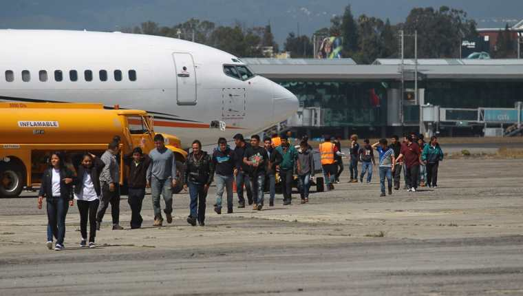 Un grupo de migrantes fueron deportados de los Estados Unidos de Norteamerica, a su llegada a Guatemala. (Foto Prensa Libre: Hemeroteca)