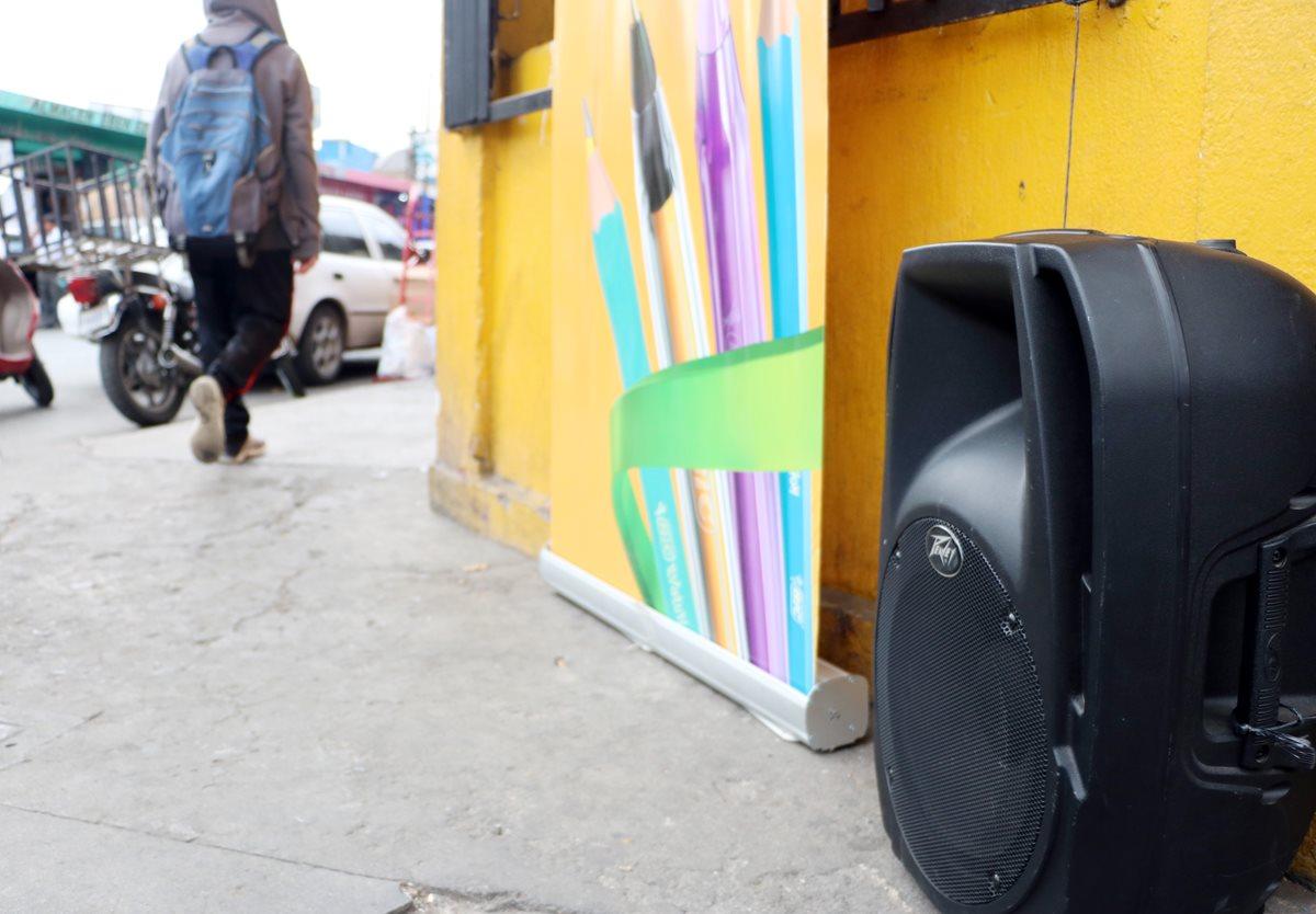 Una de las unidades móviles que son usadas con alto volumen para ofrecer productos en la zona 3. (Foto Prensa Libre: Carlos Ventura)