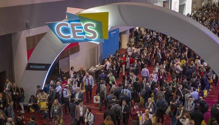 La multitud abarrota las salas de exposiciones dentro del Centro de Convenciones de Las Vegas durante el CES 2019. (Foto Prensa Libre: AFP)