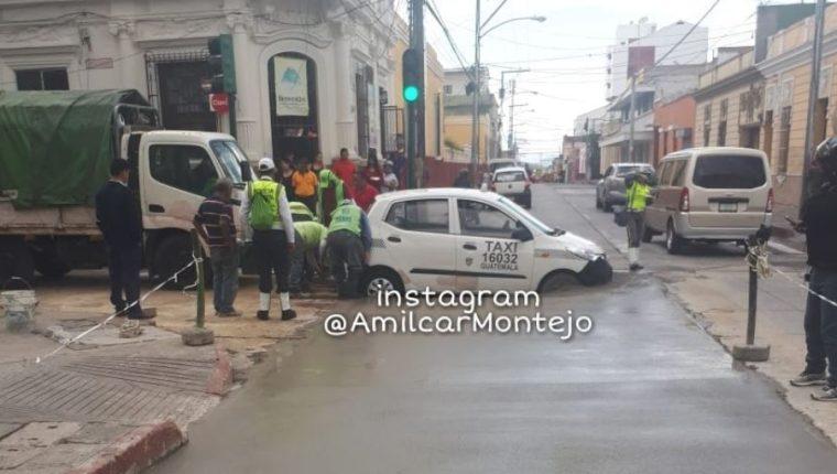 El taxi quedó atascado en cemento fresco en la 5ª. calle y 7ª. avenida de zona 1. (Foto Prensa Libre: Cortesía Amílcar Montejo)