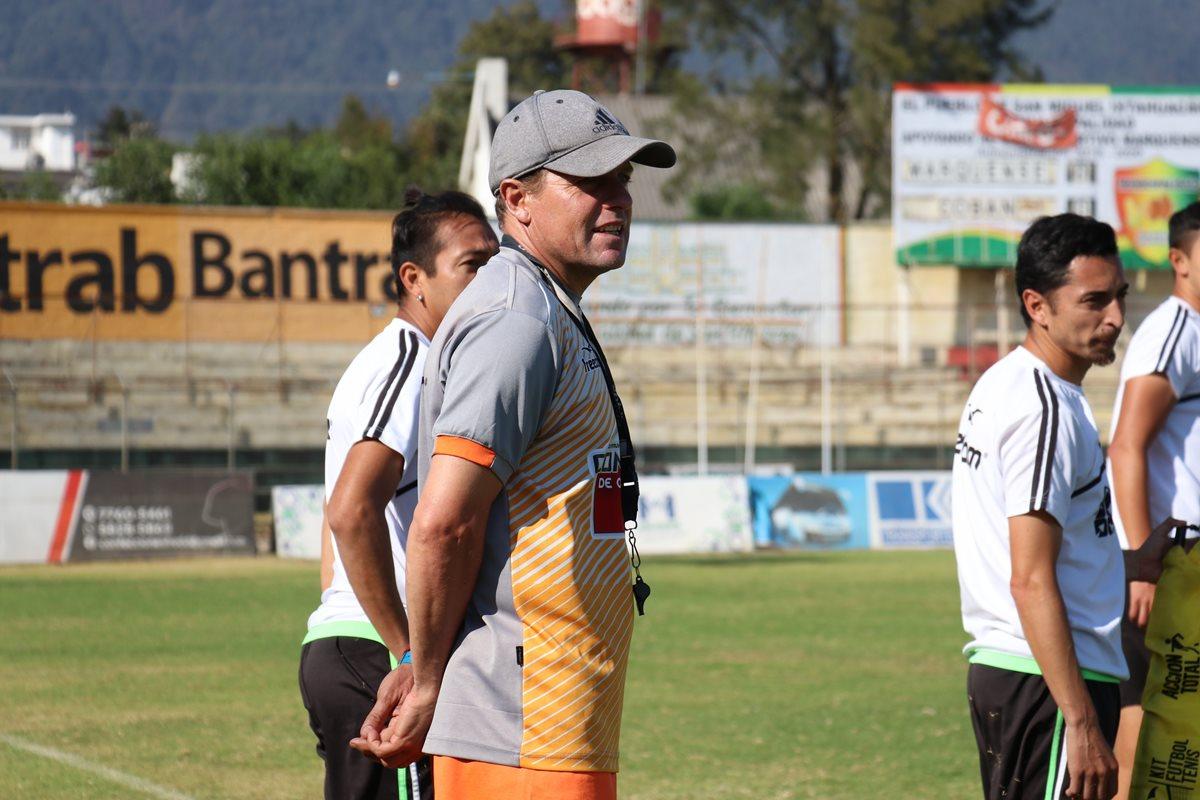 El entrenador Aldo Da Pozzo espera cerrar de la mejor manera con Marquense, sin importar los jugadores que tenga a su disposición. (Foto Prensa Libre: Raúl Juárez)