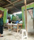 Un mujer muestra las grietas de su vivienda en Santa Cruz Chinautla. (Foto Prensa Libre: Esbin García)