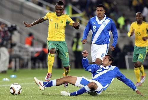 El partido amistoso entre Sudáfrica y Guatemala en el 2010 fue uno de los partidos que dirigió el árbitro nigeriano Ibrahim Chaibou. (Foto Prensa Libre: Hemeroteca PL)