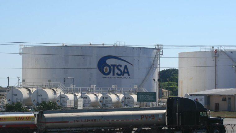 El incremento del precio de la gasolina y diésel a escala internacional fue la causa que aumentó en 22% la factura petrolera que es el costo de las importaciones hasta agosto último. Las principales terminales de almacenaje de combustibles se encuentran en Puerto de San José. (Foto Prensa Libre: Hemeroteca)