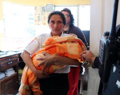 La menor fue abandonada frente a la subestación de los Bomberos Voluntarios de la Ciudad de Quetzaltenango. (Foto Prensa Libre: Carlos Ventura)
