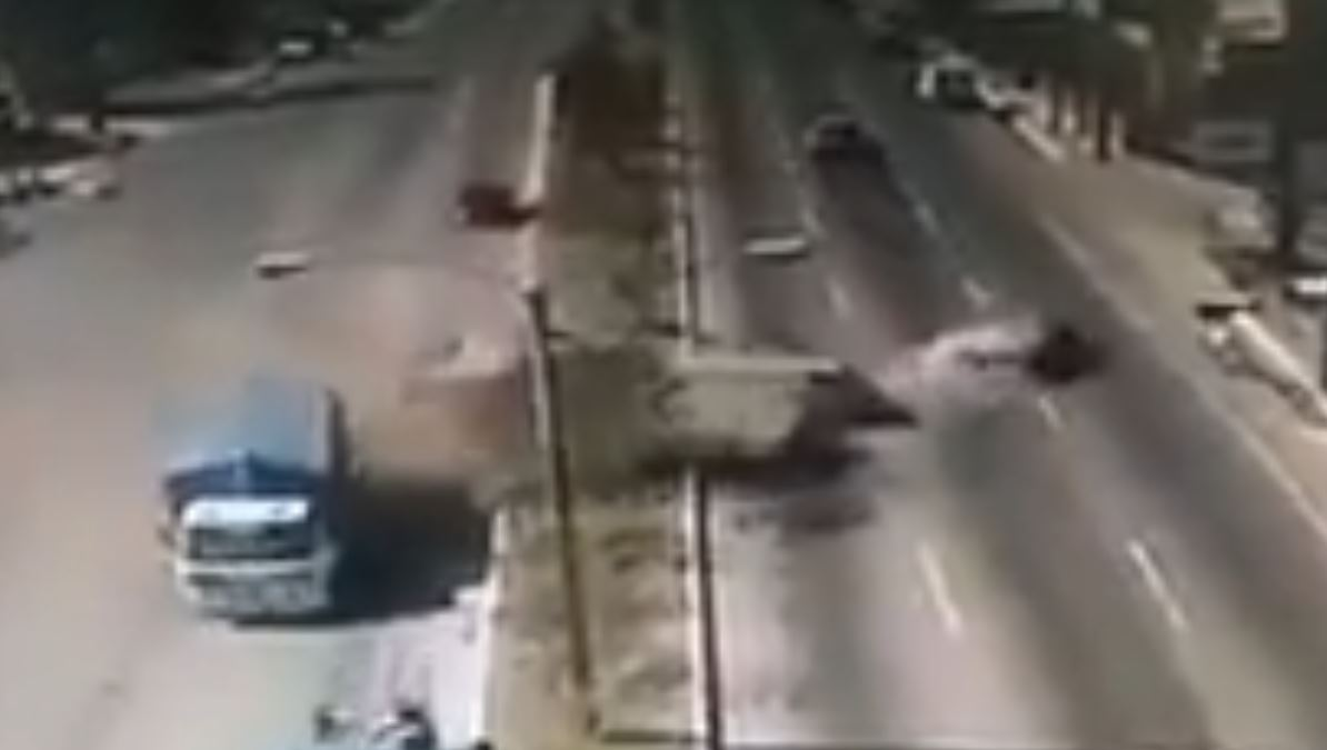 Un camión de volteo impactó al menos cinco vehículos. (Captura de imagen de video de la PMT de Mixco)