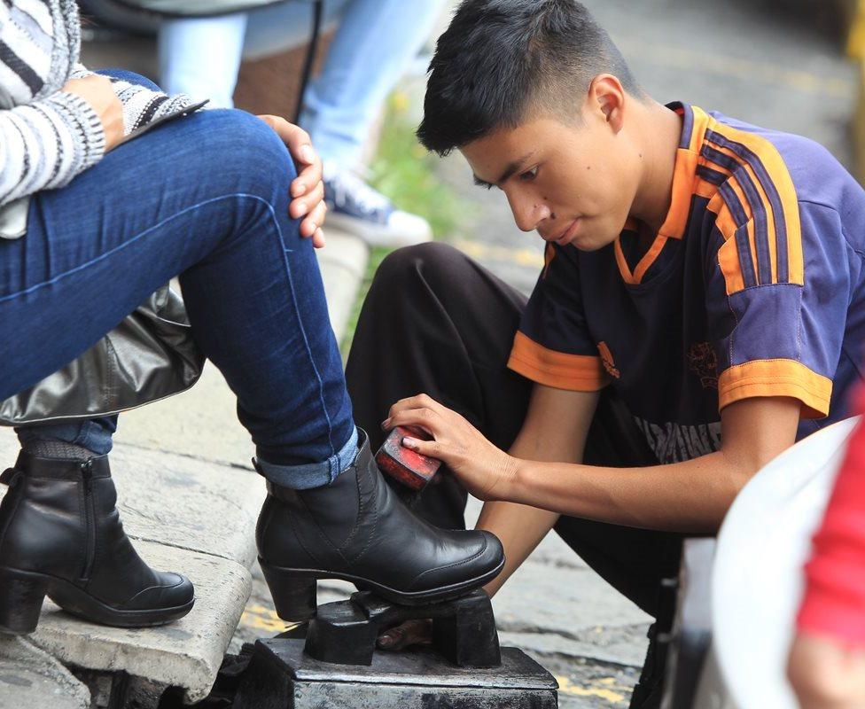 Lustradores cuentan su experiencia en la ciudad para conseguir el sustento diario