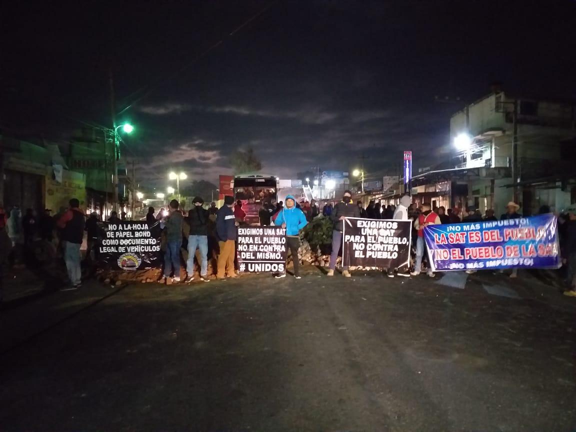 Importadores de vehículos bloquean el paso en el km 56 de la ruta Interamericana. (Foto Prensa Libre: Cortesía)
