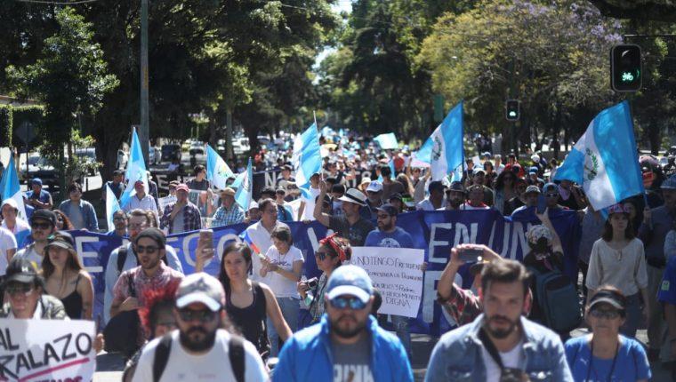Ciudadanos protestaron el sábado contra la decisión presidencial de anular la CC. (Foto Prensa Libre: Hemeroteca PL)