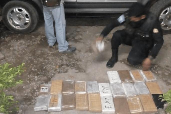 Localizan 36 paquetes de cocaína en el doble compartimiento de vehículo