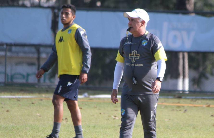 Willi Coito Olivera, técnico de Comunicaciones, está enfocado en sumar los tres puntos contra Chiantla. (Foto Comunicaciones FC).