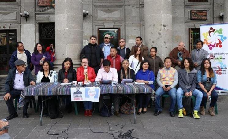 Representantes de diferentes organizaciones y colectivos de Xela se unieron para organizar actividades en protesta a las decisiones del gobierno del presidente Morales. (Foto Prensa Libre: María Longo)