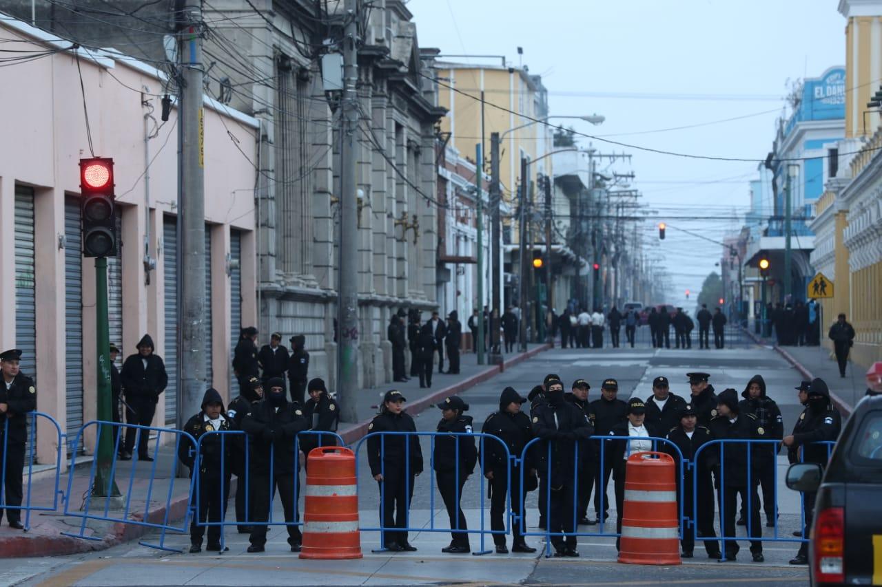 Vallas ya han sido colocadas en los alrededores del Congreso. (Foto Prensa Libre: Esbin García)
