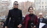 Cristiano y junto a su pareja Georgina Rodríguez en el momento que llegan al juzgado en España. (Foto agencias)