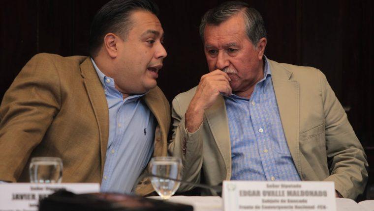 Édgar Ovalle conversa con el diputado oficialista Javier Hernández, durante la sesión de jefes de bloques este lunes. (Foto Prensa Libre: Erick Avila)