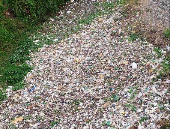 Grandes cantidades de basura se acumulan en el río San José, Chiquimula. (Foto Prensa Libre: Mario Morales)