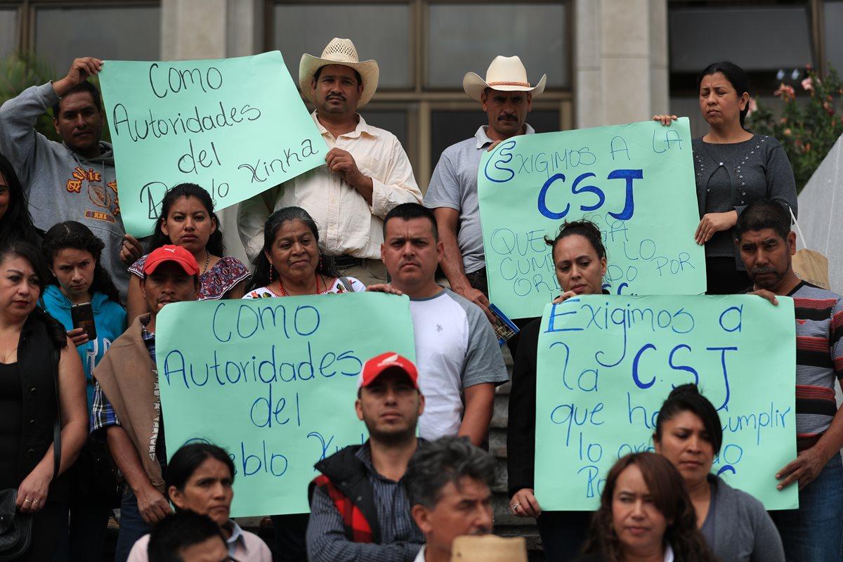 El Parlamento Xinca manifestó frente a la CSJ y mostró su desacuerdo con la forma en que fue definida de nuevo el área de influencia del proyecto El Escobal. (Foto, Prensa Libre: Carlos Hernádnez).