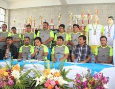 Organizadores informan acerca del evento deportivo en Santa Lucía Utatlán. (Foto Prensa Libre: Ángel Julajuj).
